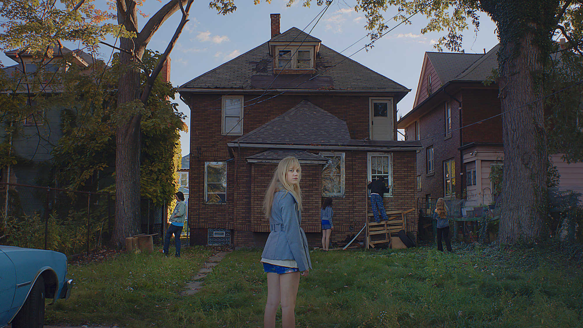 It Follows Review - the new age Scooby gang investigate a spooky old hoiuse